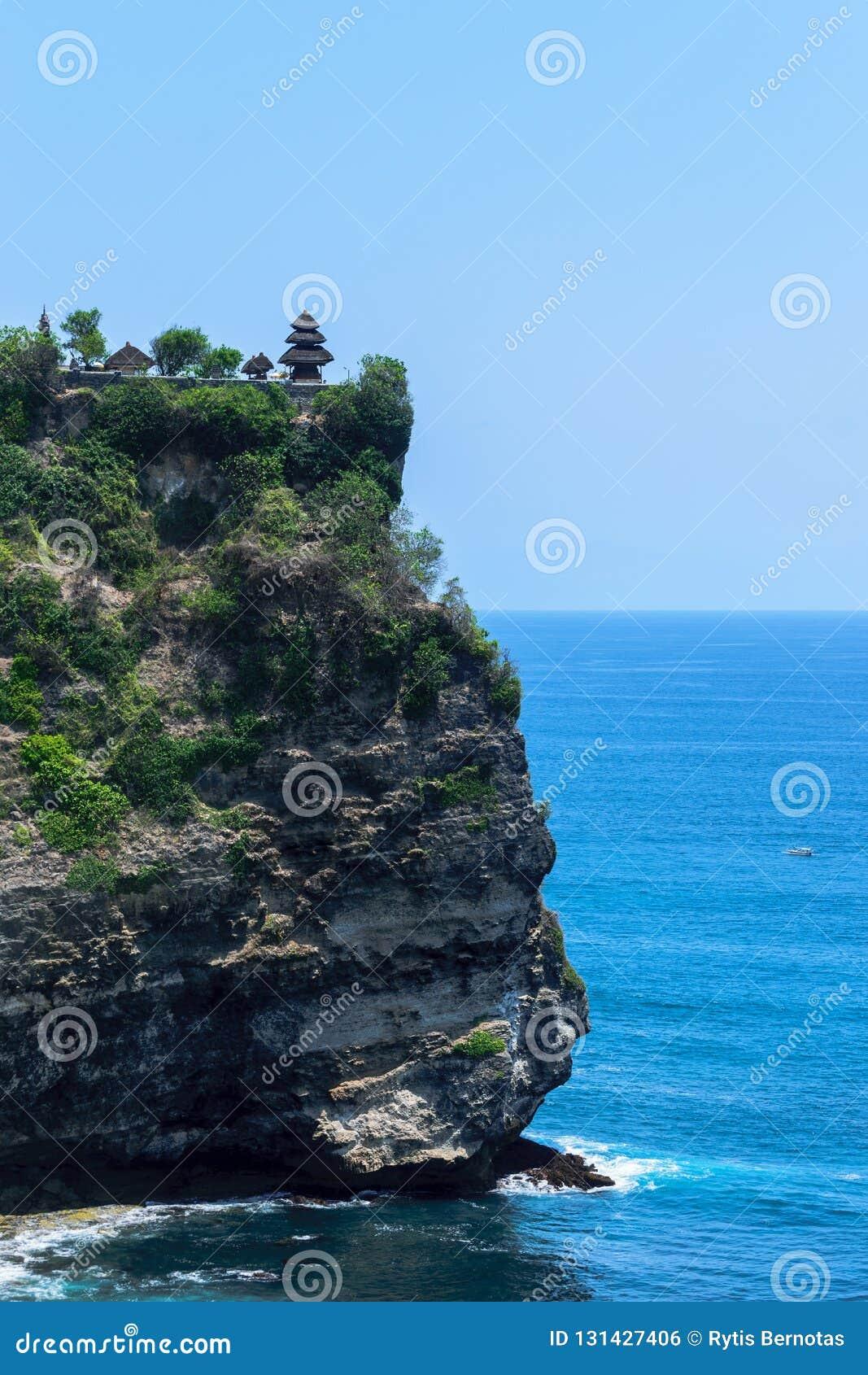 Tempio di uluwatu del luhur di Pura sulla scogliera con la bella vista di Oceano Indiano blu in Bali, Indonesia