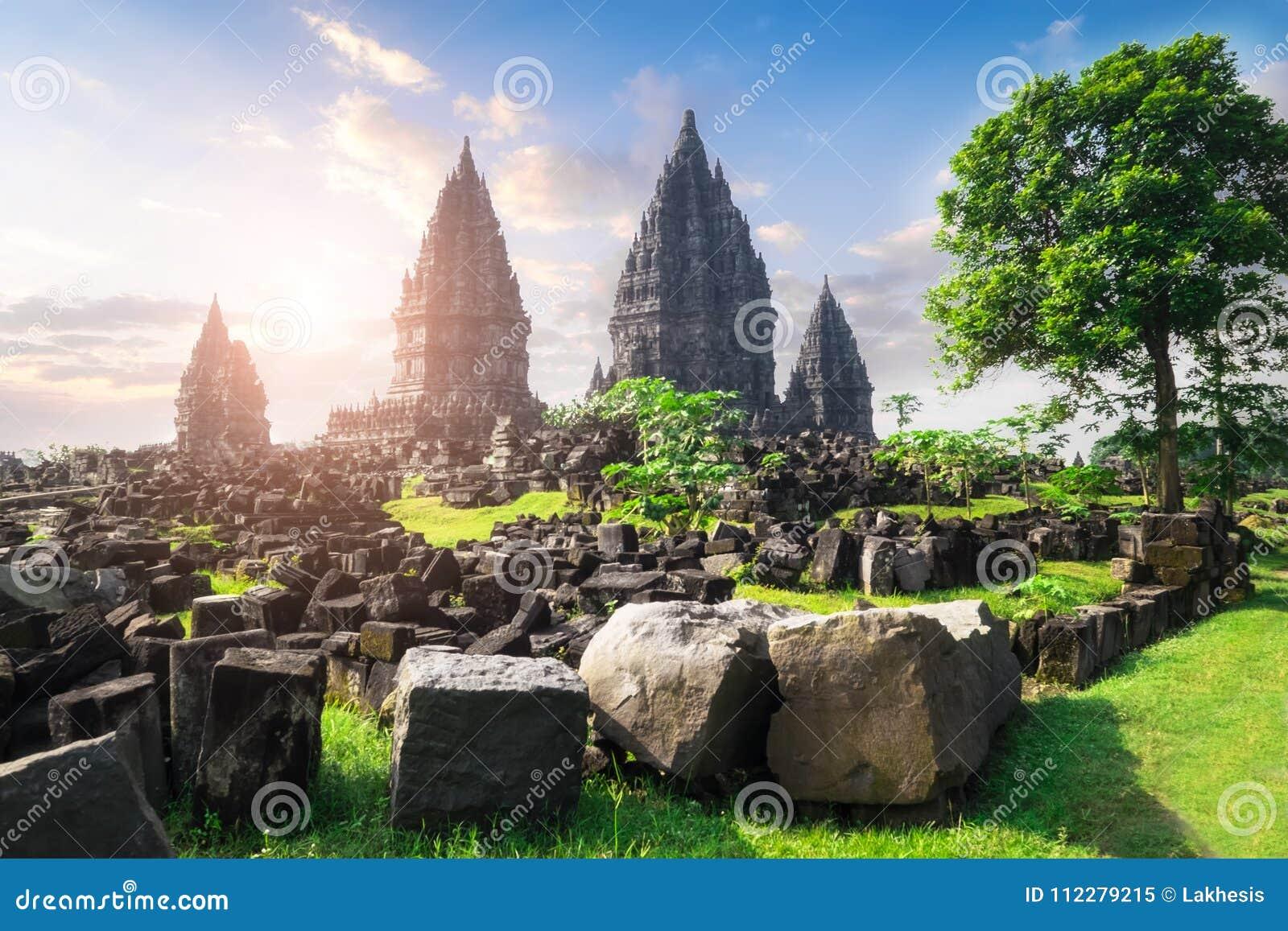 Tempio indù antico di Prambanan contro il sole di mattina Java, Indone