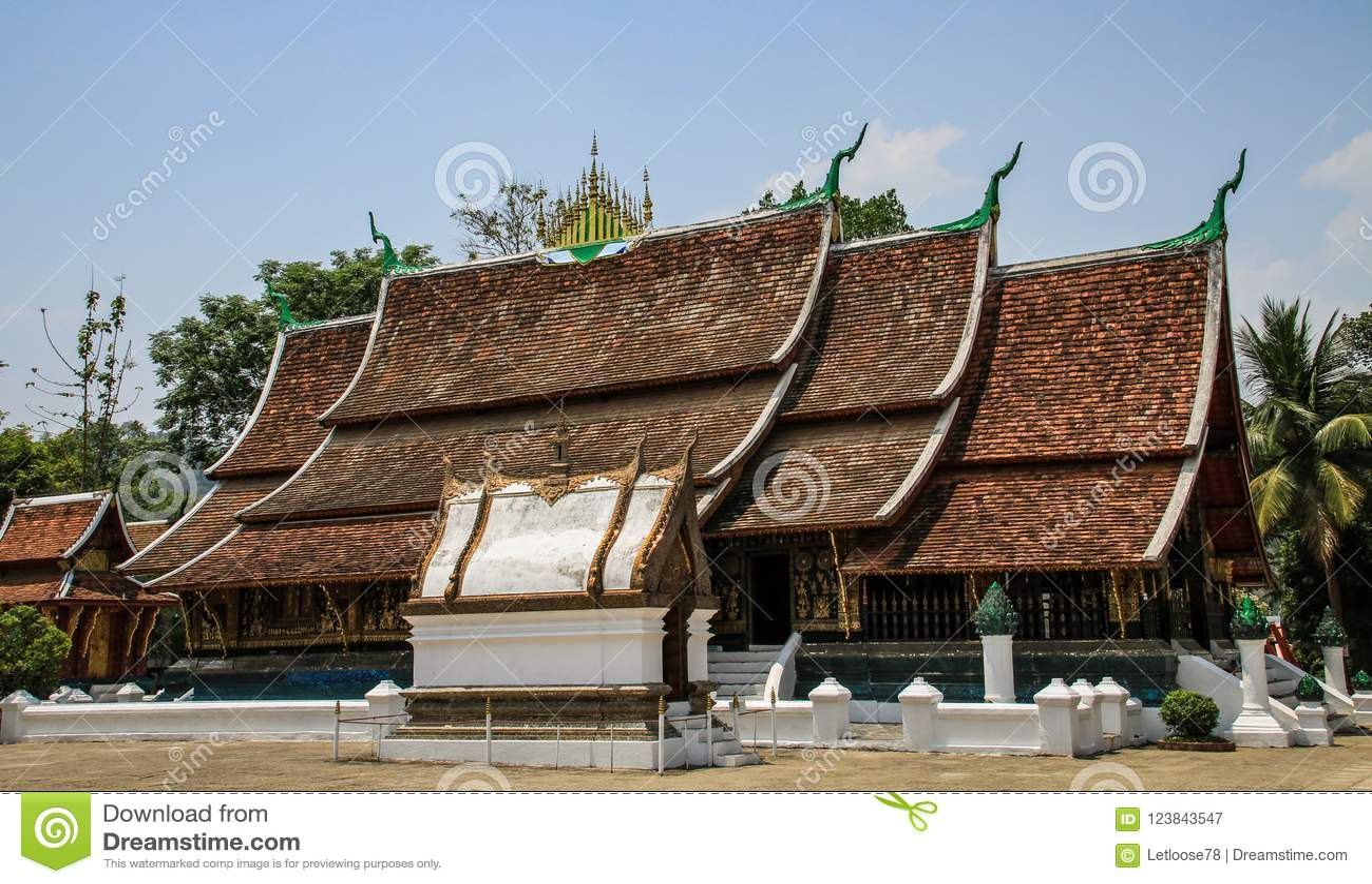 Tempio nell ambito del calore di mezzogiorno, prabang del luang, Laos di Wat Xieng Thong