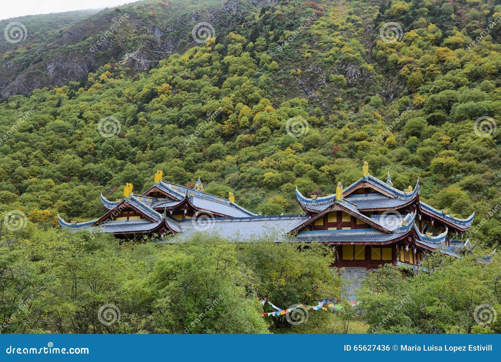 Temple antique de Huanglong dans la région scénique de Huanlong
