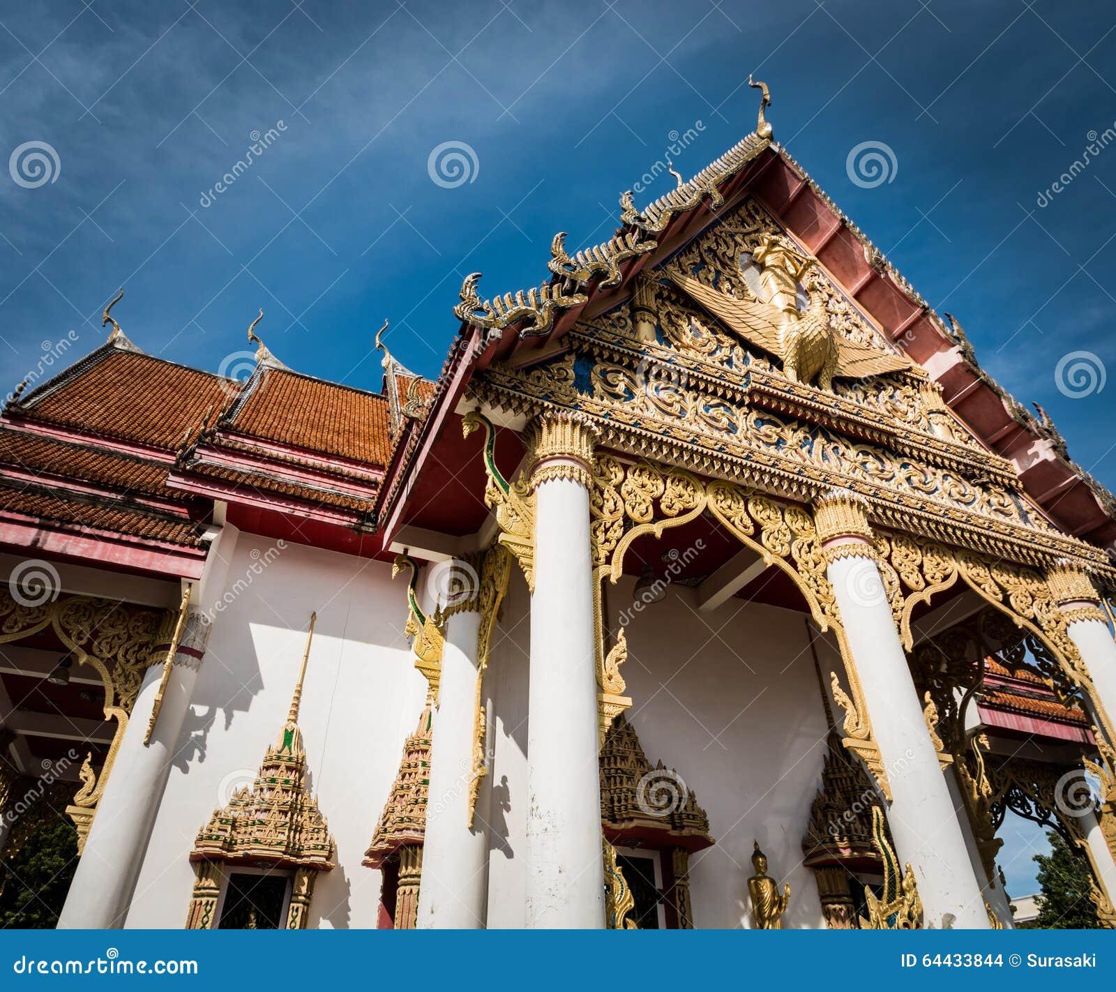 Temple bouddhiste avec le ciel bleu
