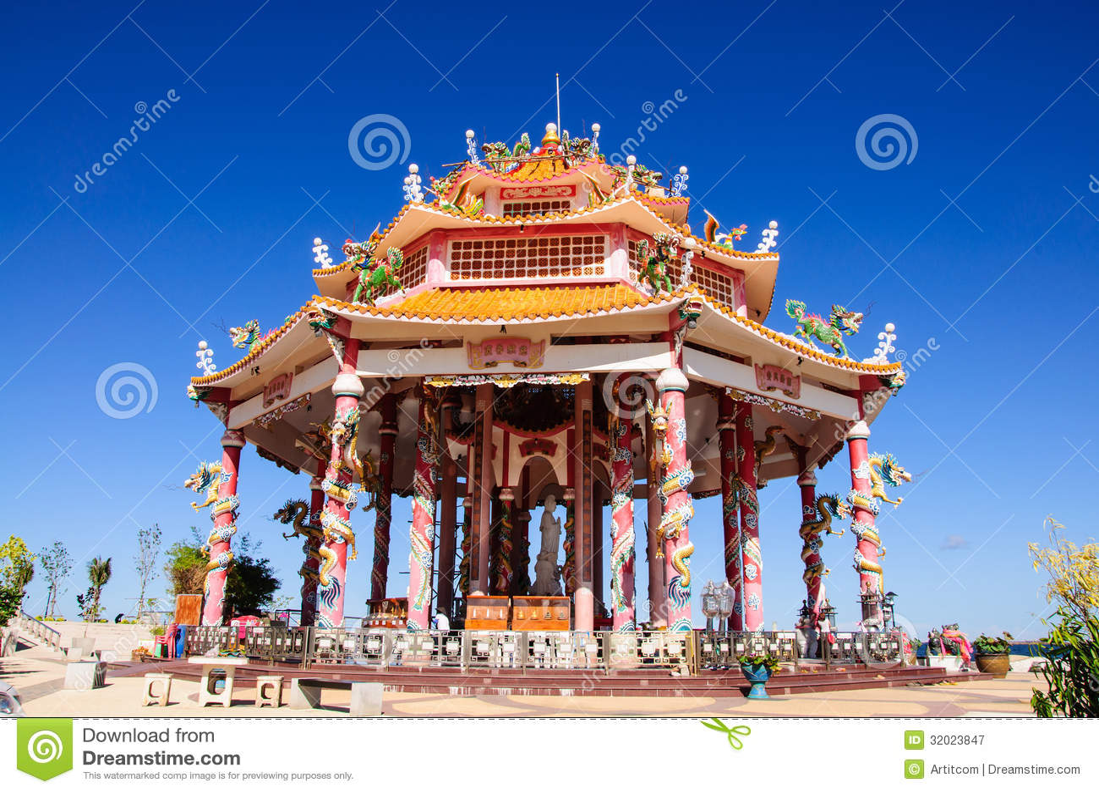 temple chinois avec la statue de dragon photographie stock libre de droits image 32023847. Black Bedroom Furniture Sets. Home Design Ideas