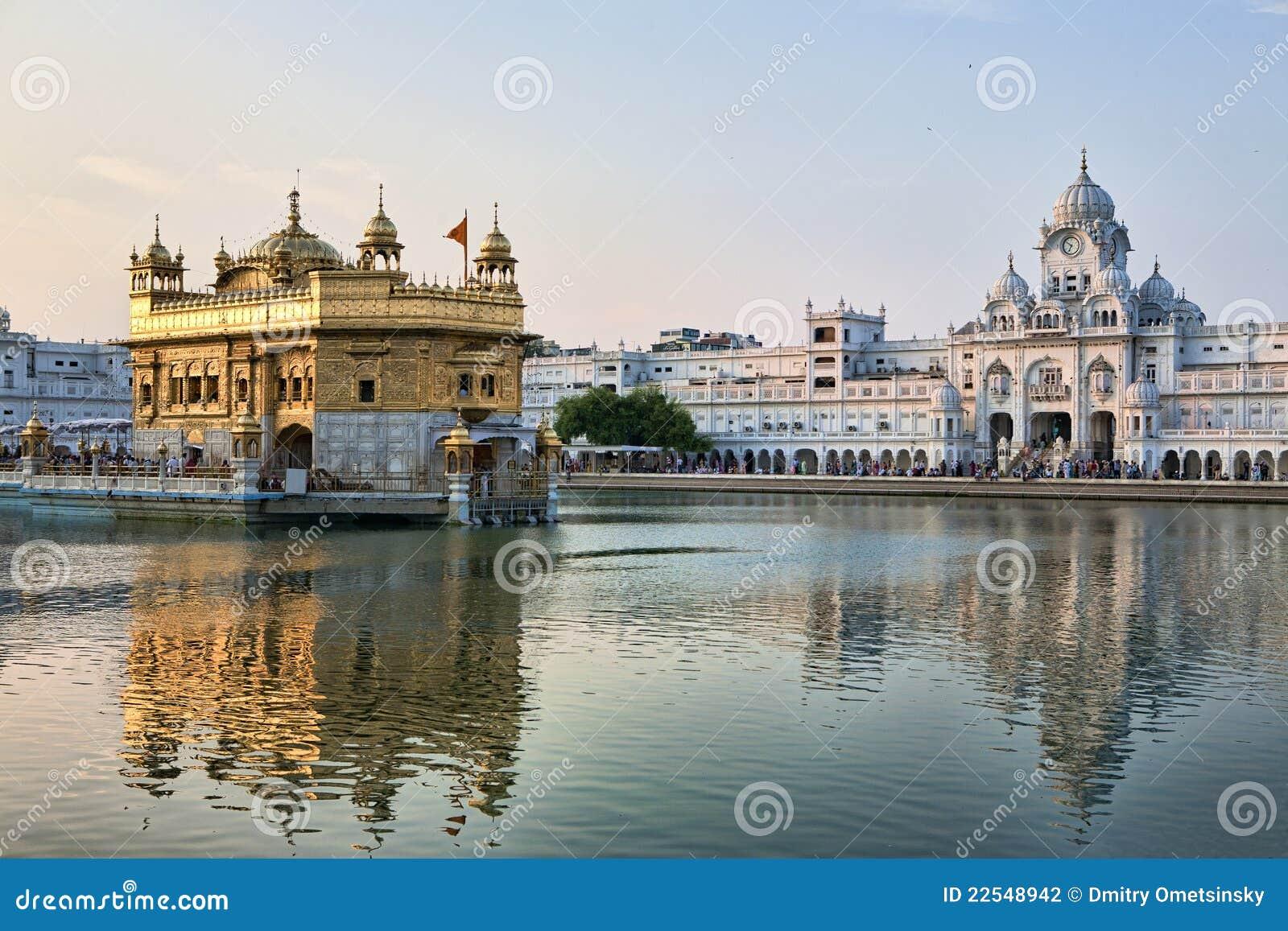 Temple d or sikh d Amritsar au lever de soleil
