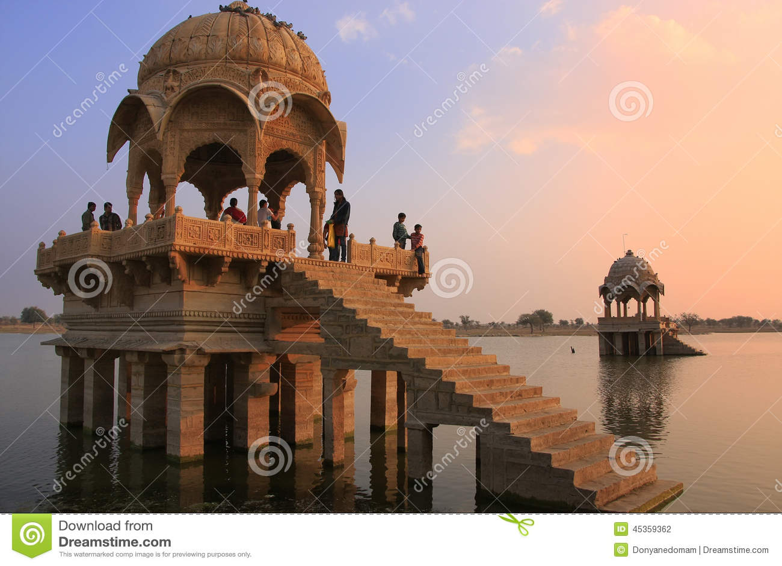 Temple de Gadi Sagar sur le lac Gadisar au coucher du soleil, Jaisalmer, Inde