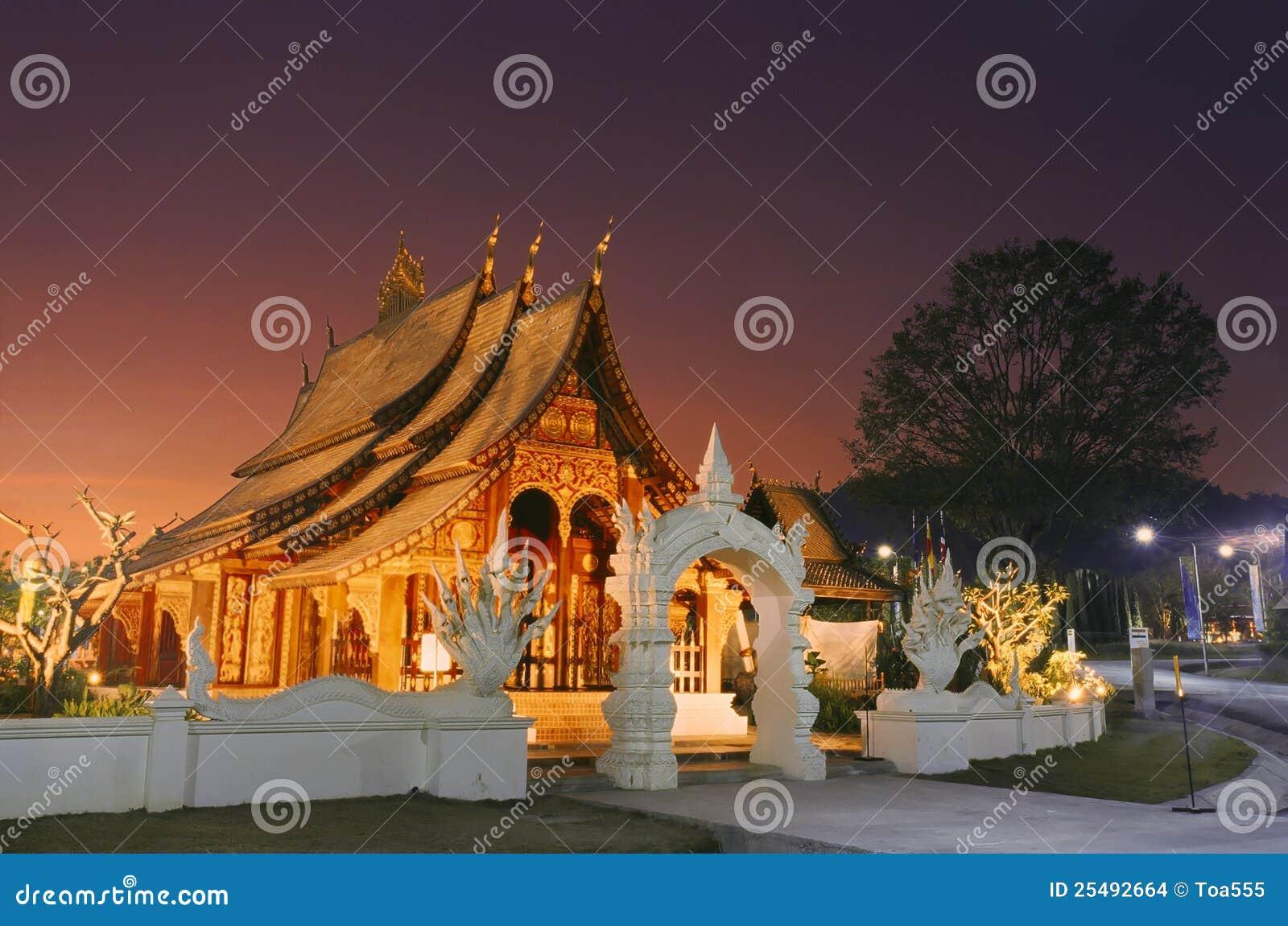 Temple en bois du Laos dans le coucher du soleil