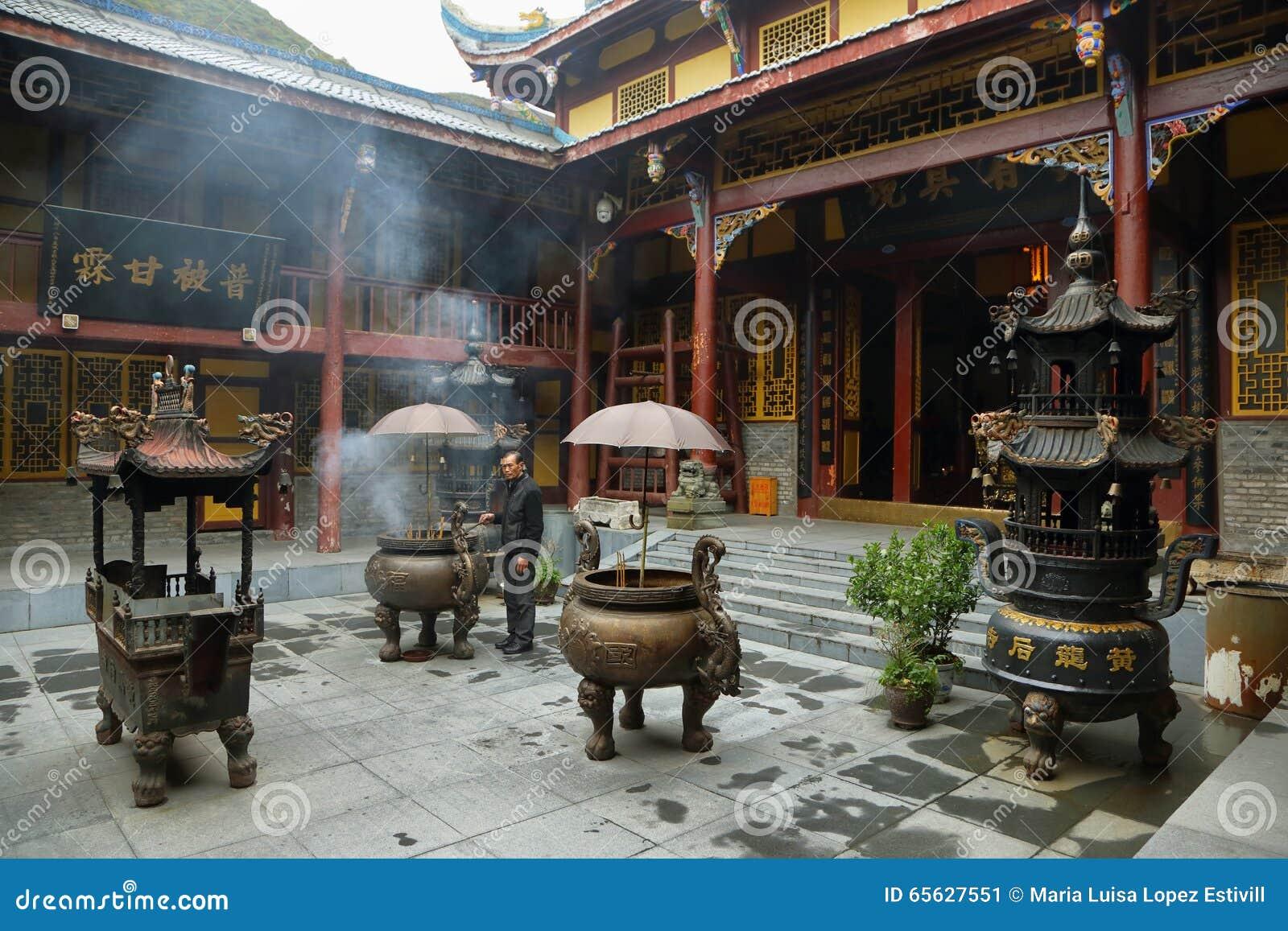 Temple moyen de Huanglong dans la région scénique de Huanlong