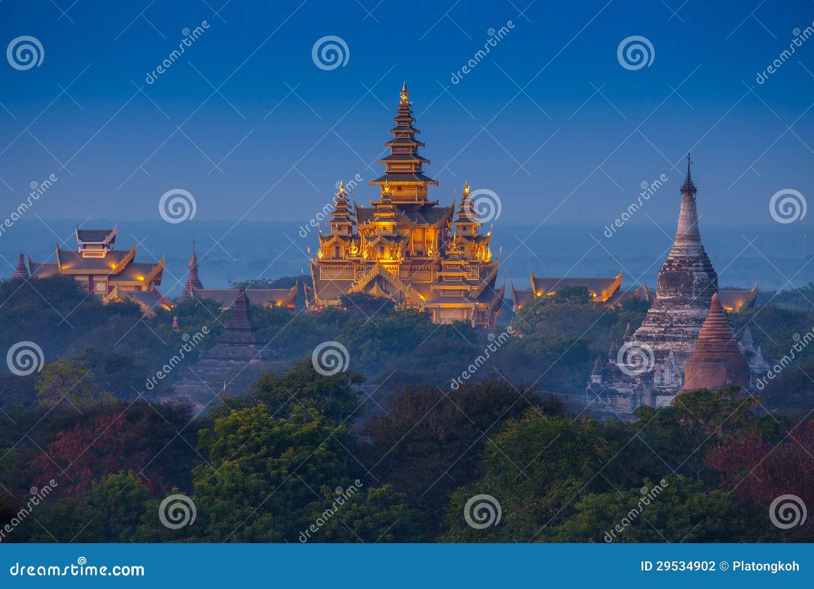Templo antigo em Bagan após o por do sol