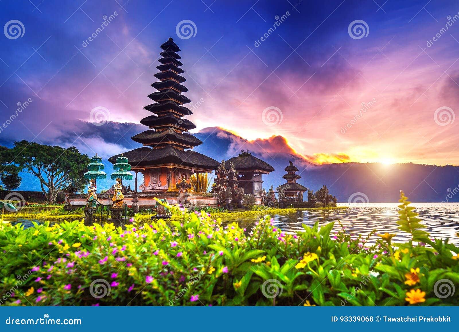 Templo bratan del danu del ulun de Pura en Bali