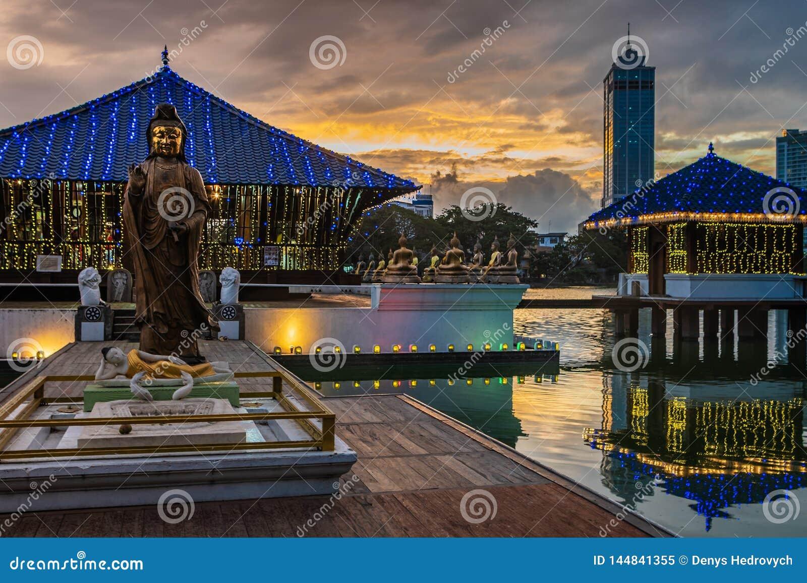 Templo budista em Colombo, Sri Lanka no por do sol