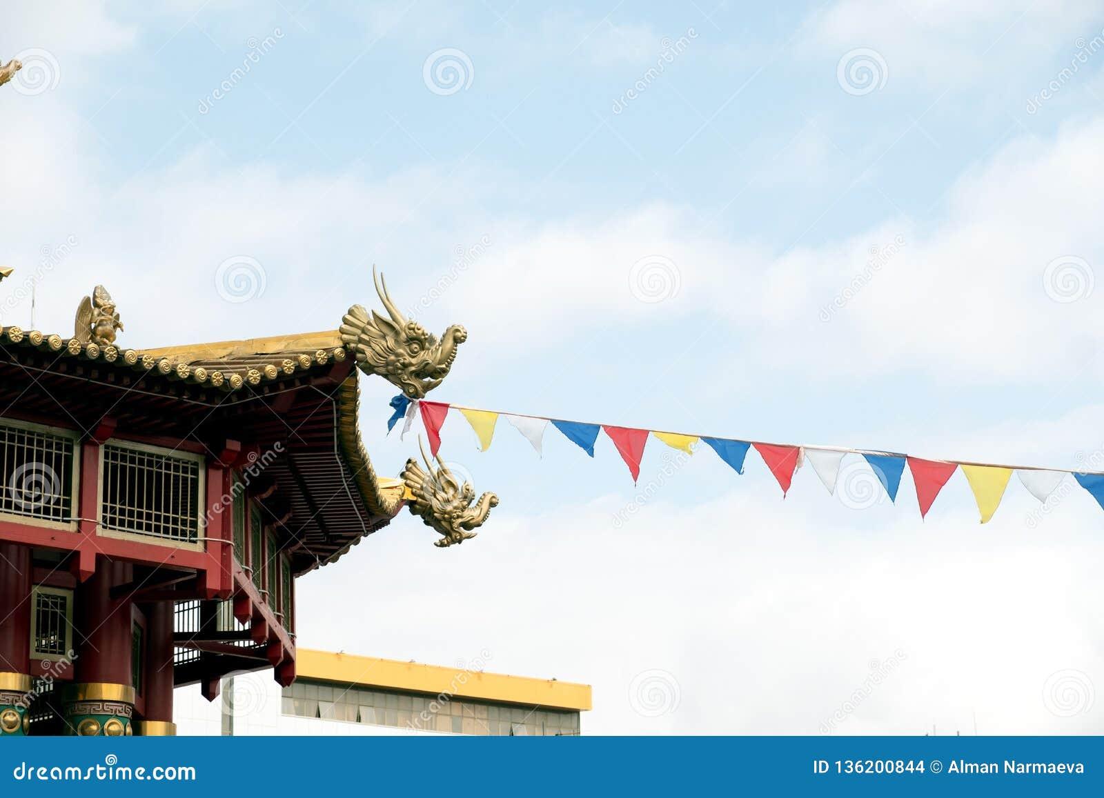 Templo budista Indicador chinês vermelho das lanternas, tomado nas celebrações chinesas do ano novo Vermelha é a cor afortunada p