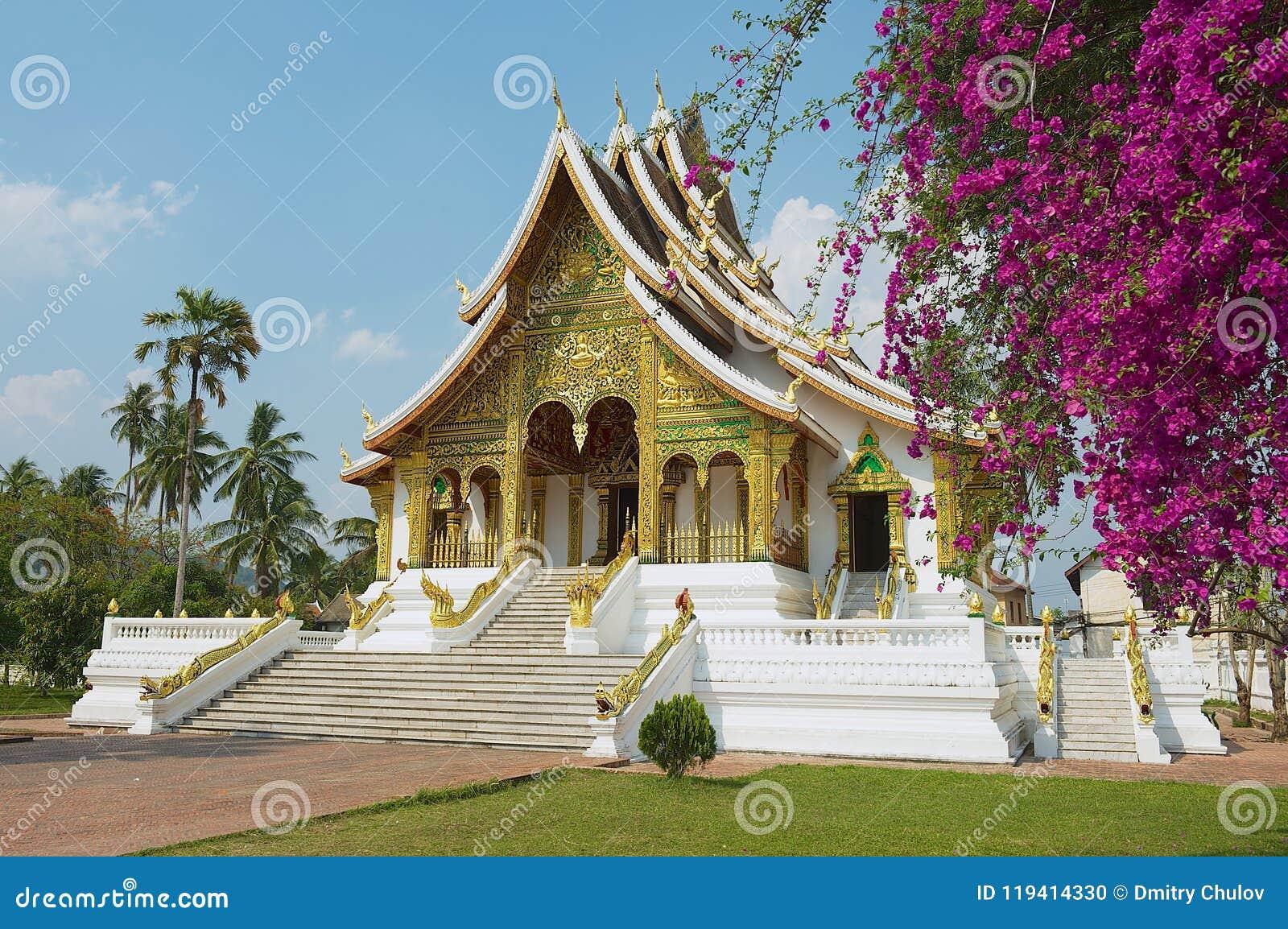 Templo budista no complexo de Kham Royal Palace do espinho em Luang Prabang, Laos