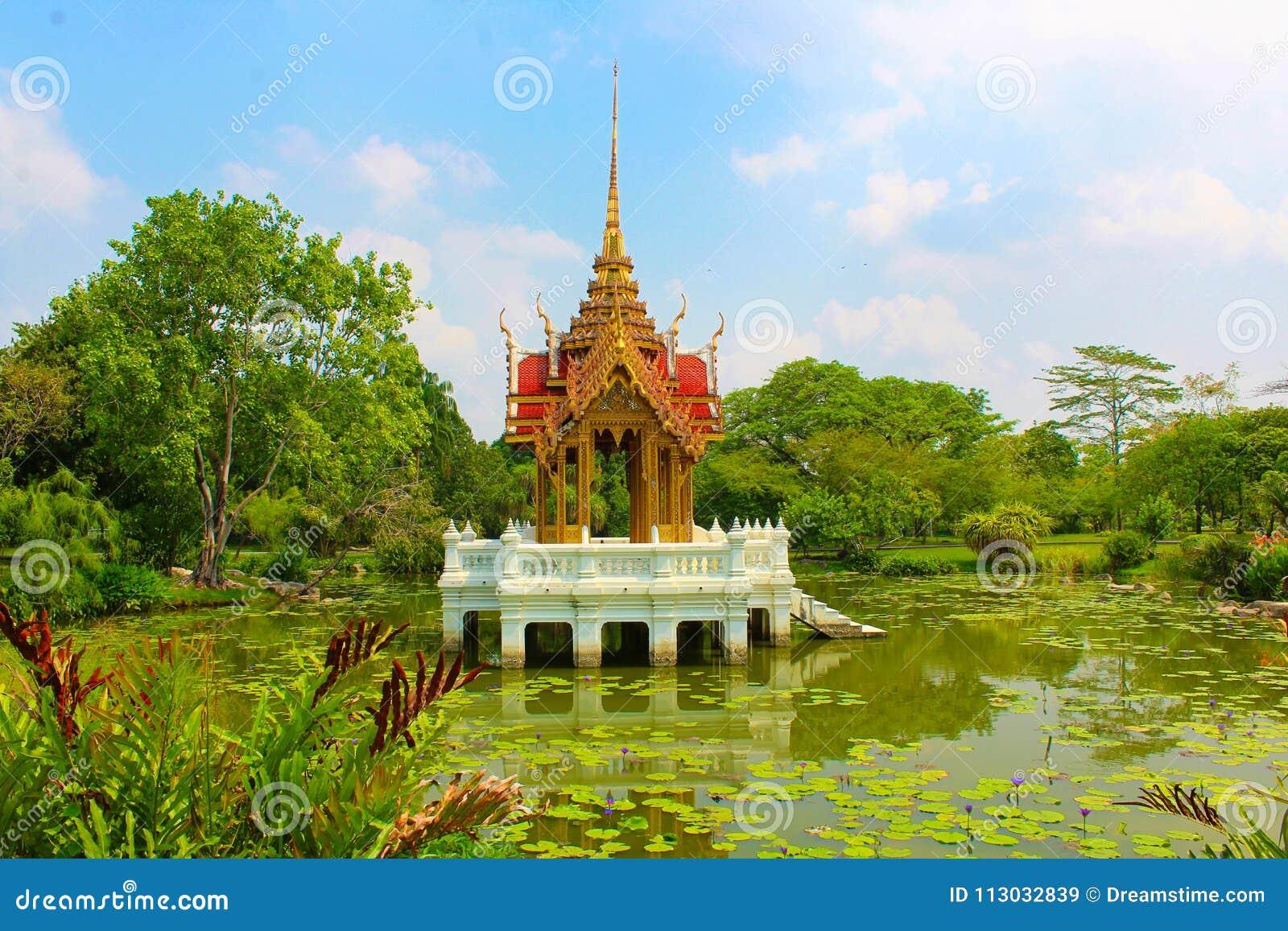 Templo chino en el medio de un lago en el parque de Lumpini, Tailandia