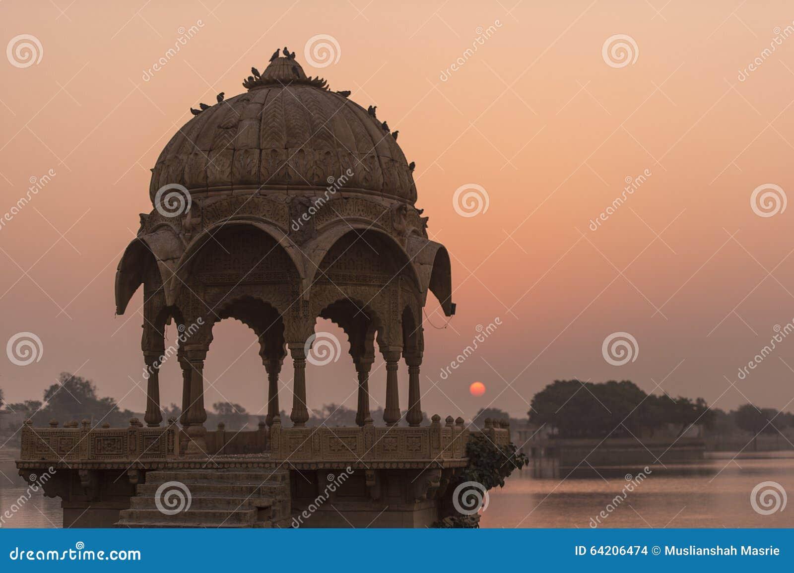 Templo de Gadi Sagar en el lago Gadisar