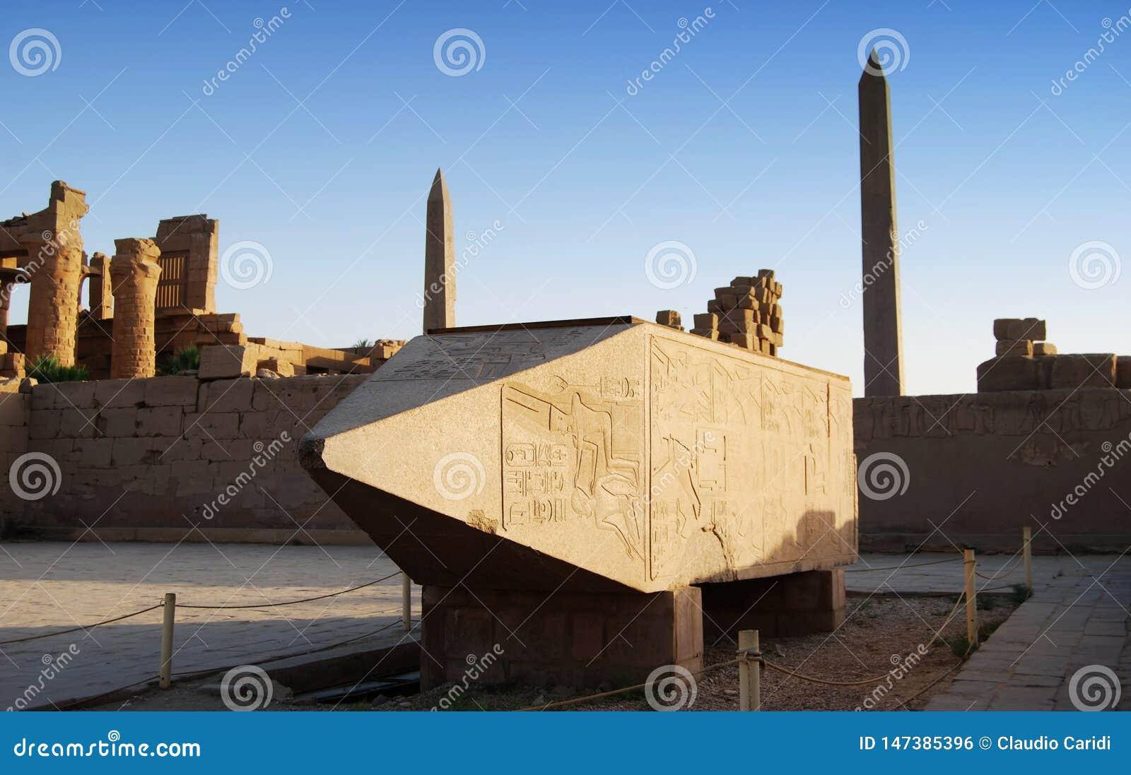 Templo de Karnak, obelisco grande na exposição, Luxor, Egito