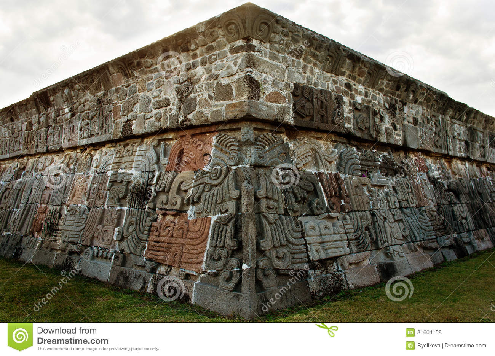 Templo de la serpiente emplumada en Xochicalco, México