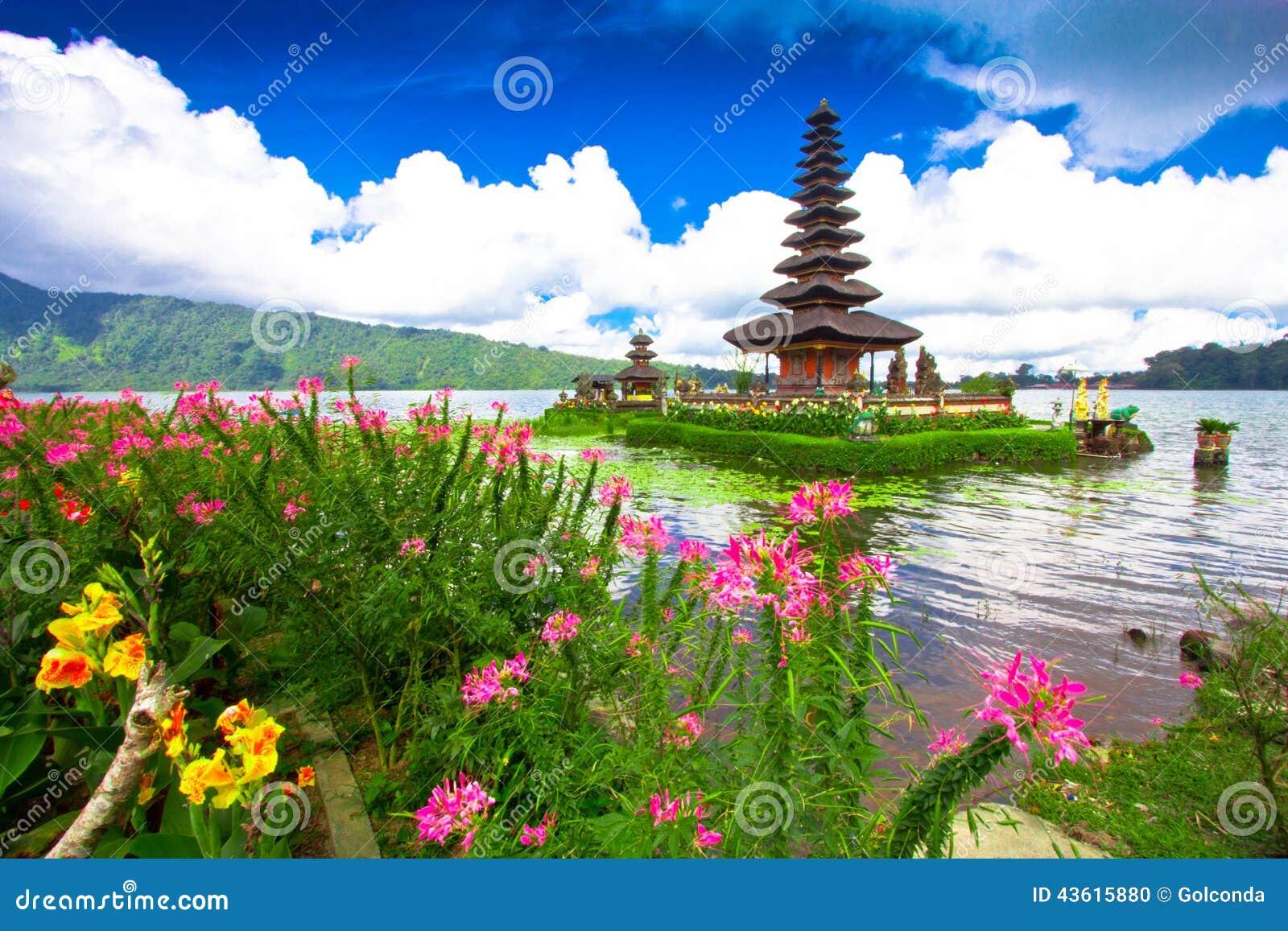 Templo de Pura Ulun Danu em um lago Beratan Bali, Indonésia