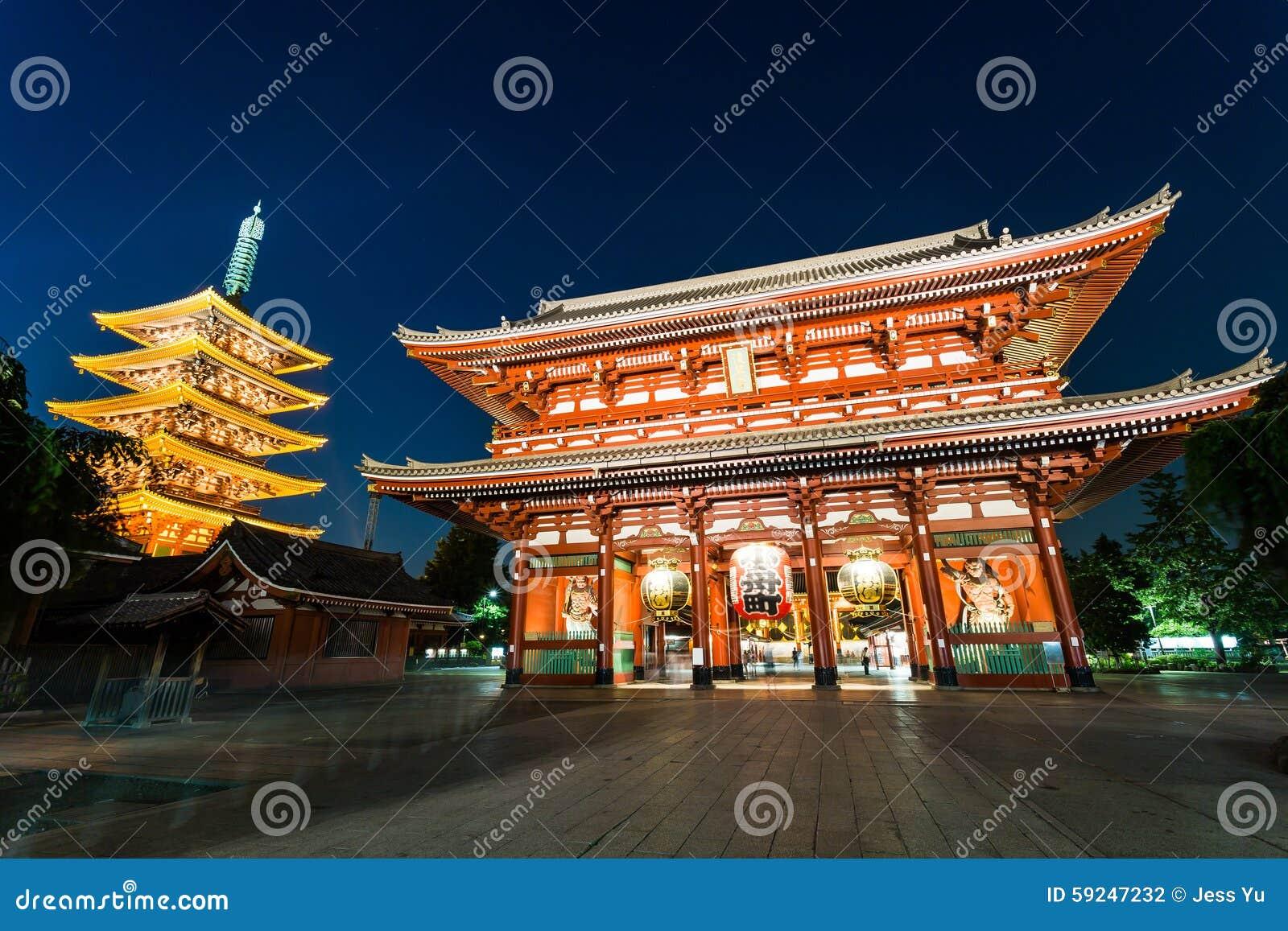 Templo de Sensoji-ji en Tokio, Japón en la noche