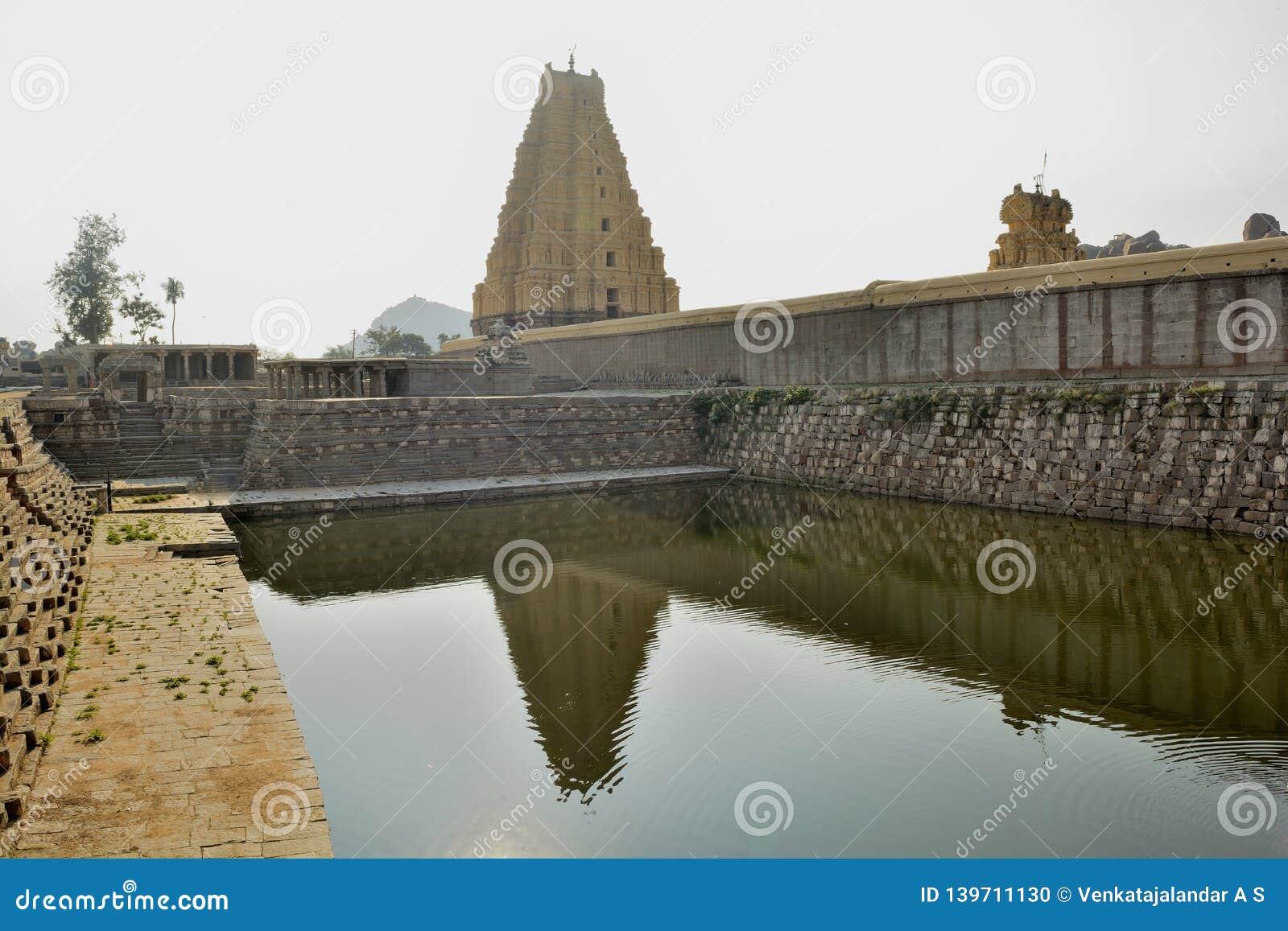 Templo de Virupaksha - reflexión de la torre en la charca del templo