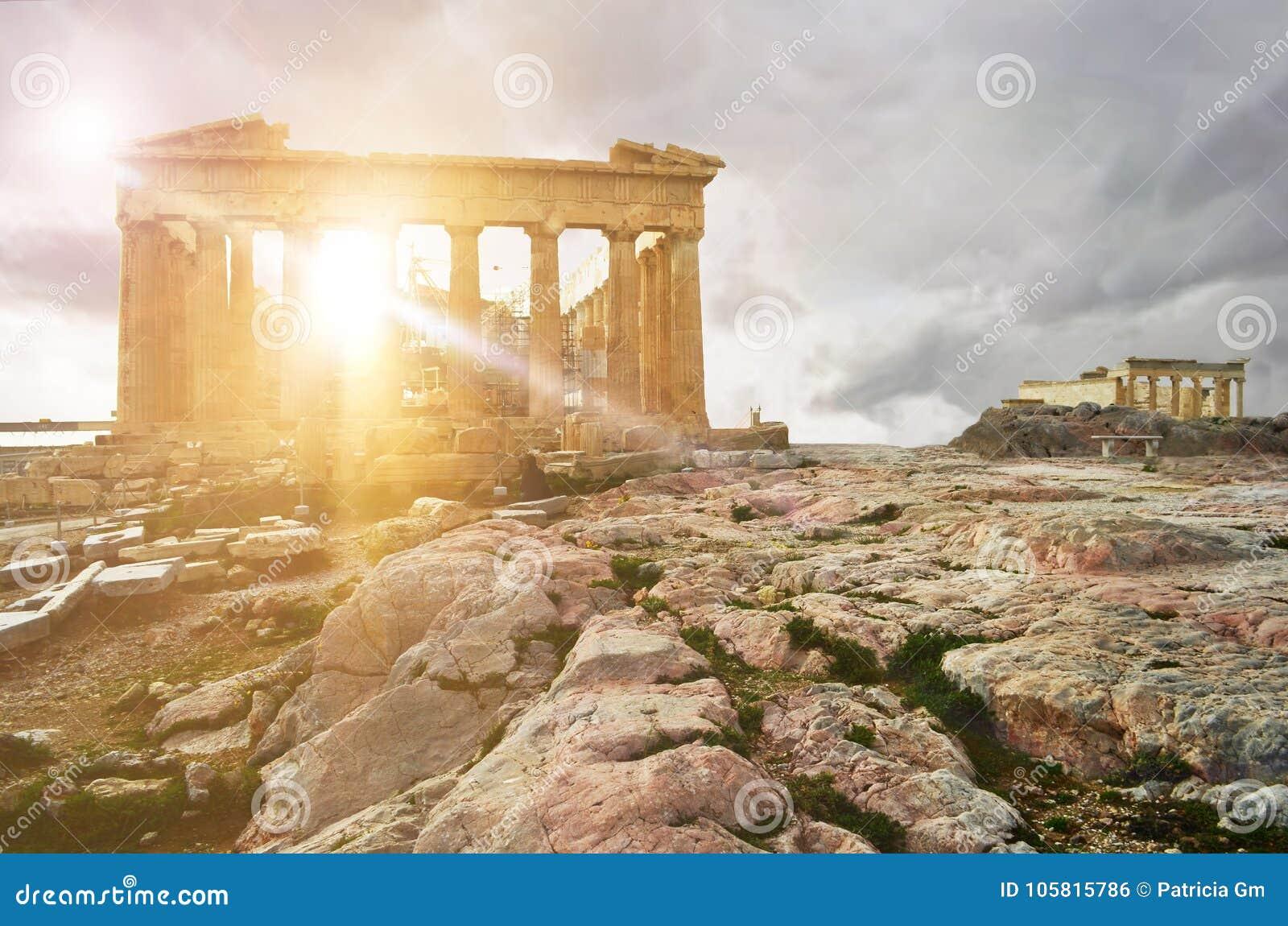 Templo del Parthenon con el templo de la erección en el fondo en la acrópolis de Atenas, Atica, Grecia