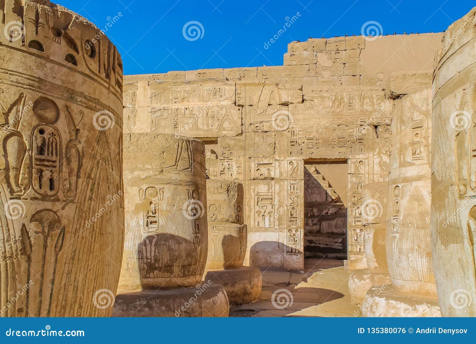 Templo egipcio antiguo Amon Ra en Luxor con las columnas y el culto del pharaoh hermoso de los bajorrelieves