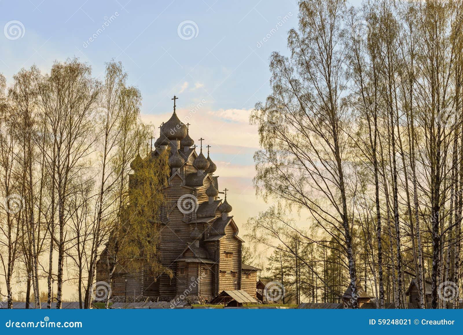 Templo en el paisaje de la primavera
