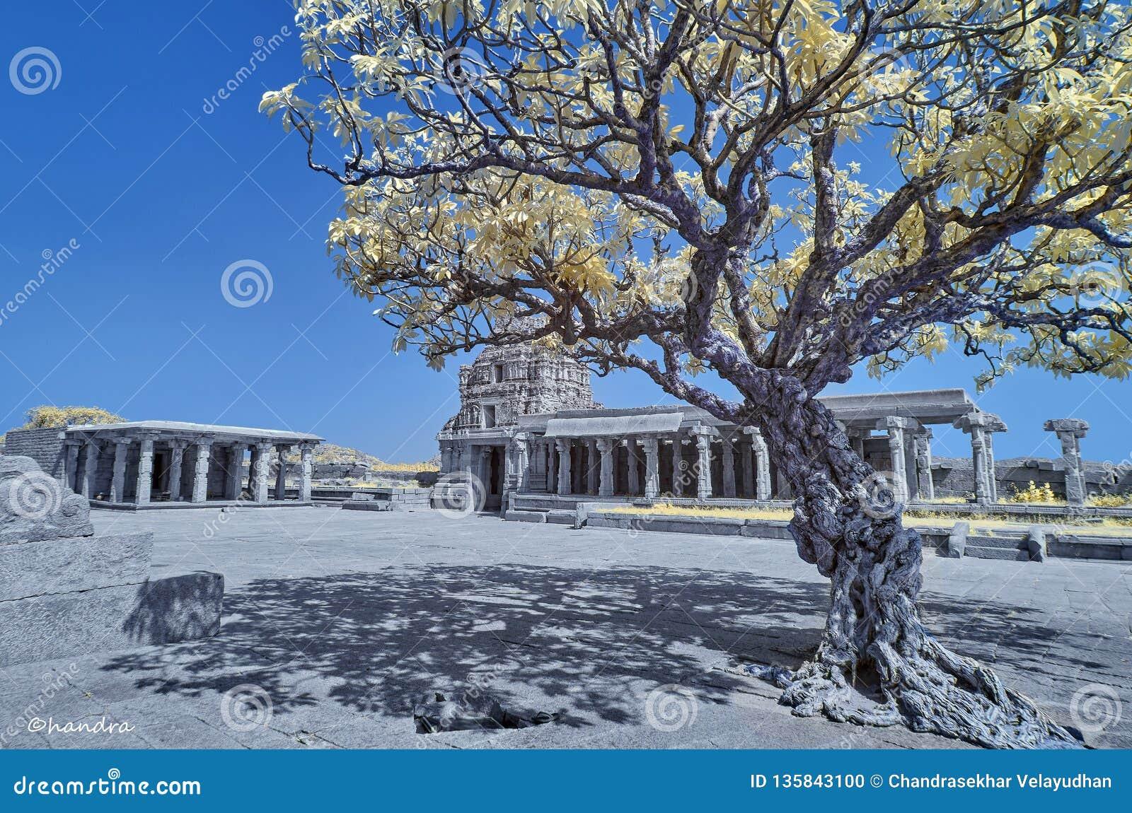 Templo en ruinas debajo de un cielo azul en Hampi