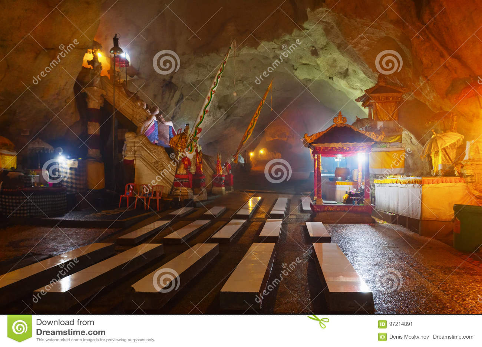 Templo hindu na caverna na ilha de Nusa Penida, Bali, Indonésia