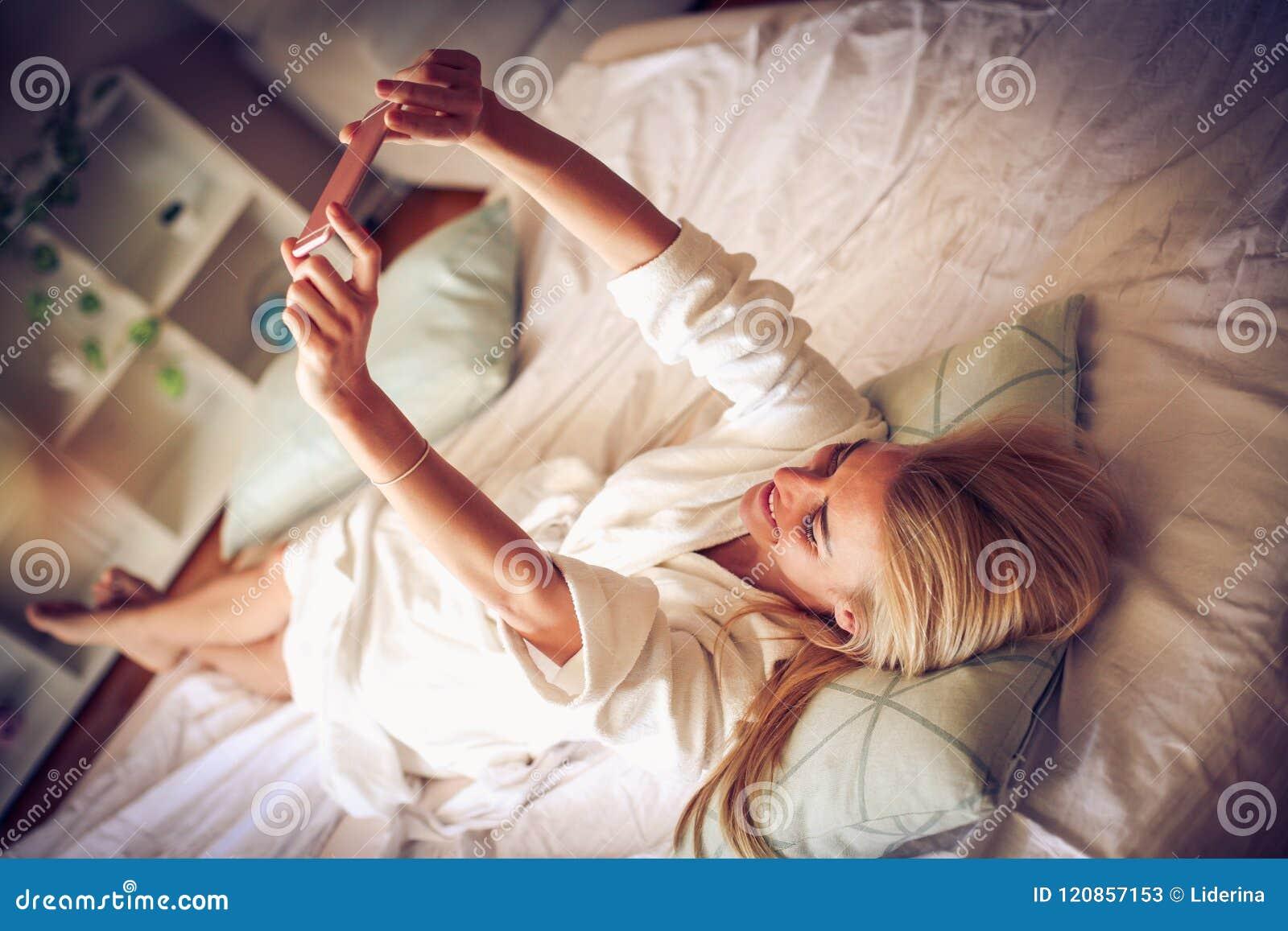 Tempo da cama Autorretrato da manhã Mulher da Idade Média