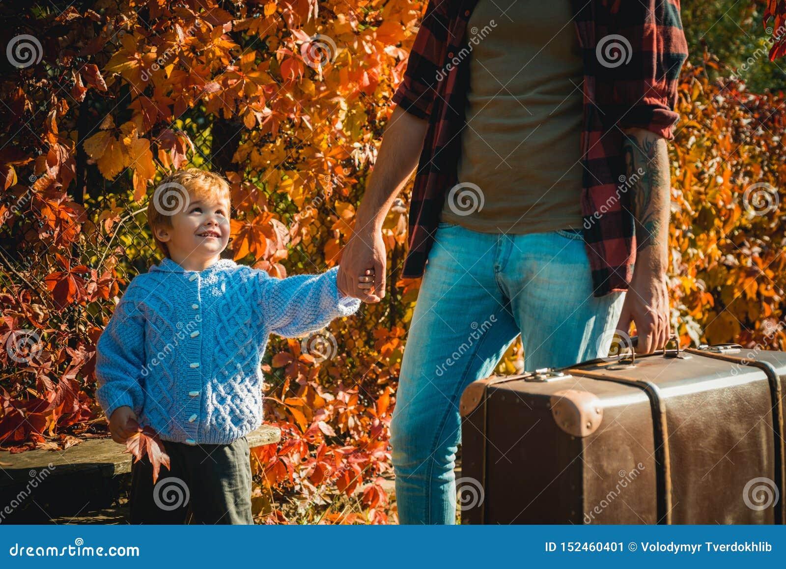 Tempo da fam?lia Aventura com filho Dizendo hist?rias sobre ?pocas passadas Pai com mala de viagem e seu filho Dizer farpado do p