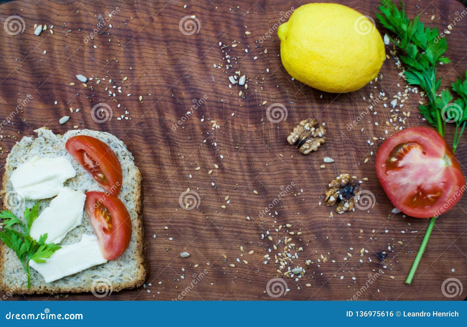 Tempo da refeição matinal: alimento saudável e saboroso