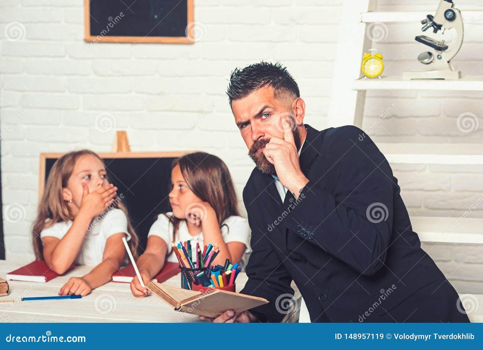 Tempo della scuola delle sorelle e del padre in biblioteca Di nuovo all istruzione domestica e dello scuola Lezione della lettera