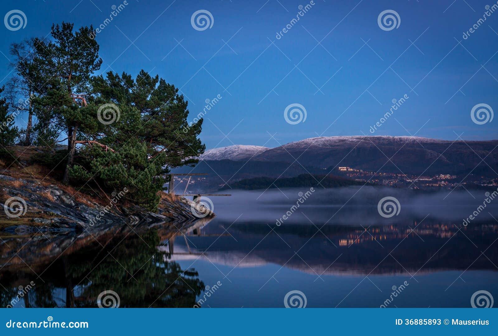 Download Tempo di dormire immagine stock. Immagine di alberi, bergen - 36885893