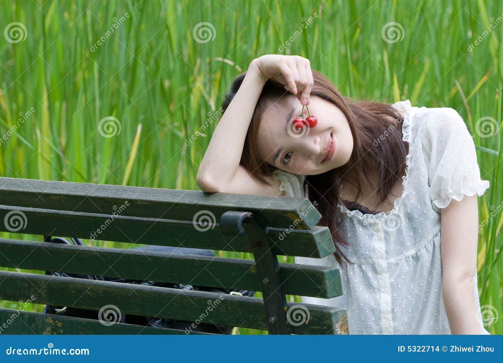 Download Tempo Di Leiture In Foresta Fotografia Stock - Immagine di adulto, attraente: 5322714