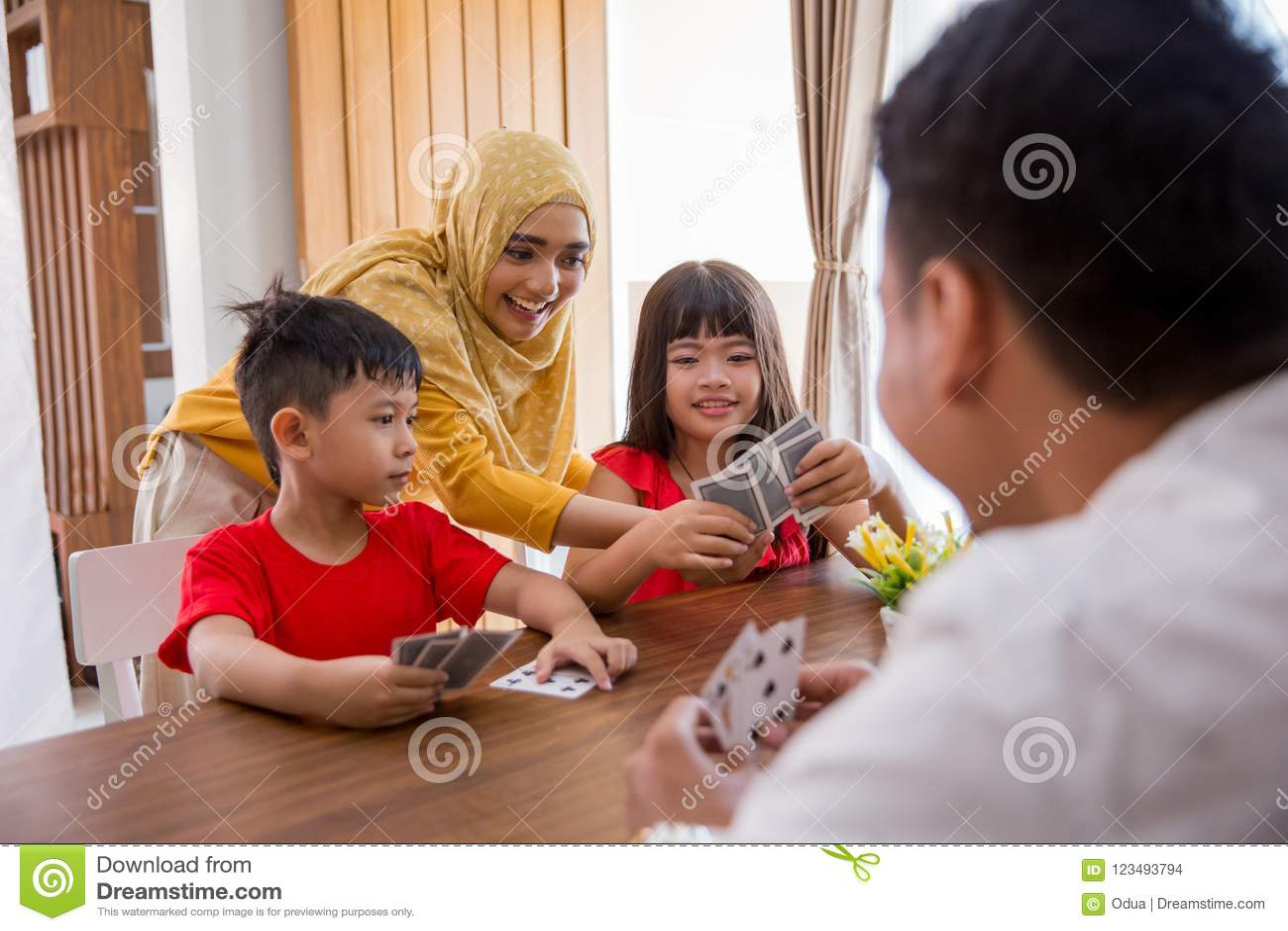 Tempo do divertimento da família em casa