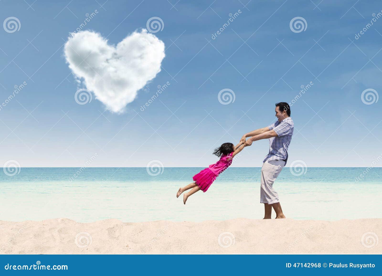 Tempo felice con il papà sotto la nuvola del cuore