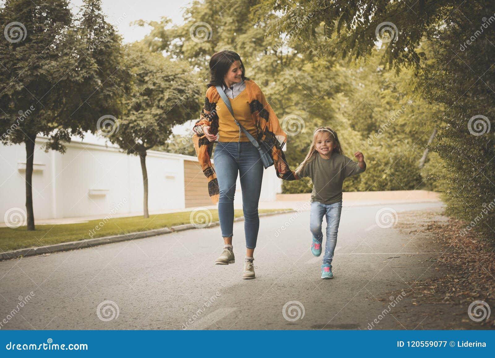 Tempo spendente della figlia e della madre insieme Sul movimento