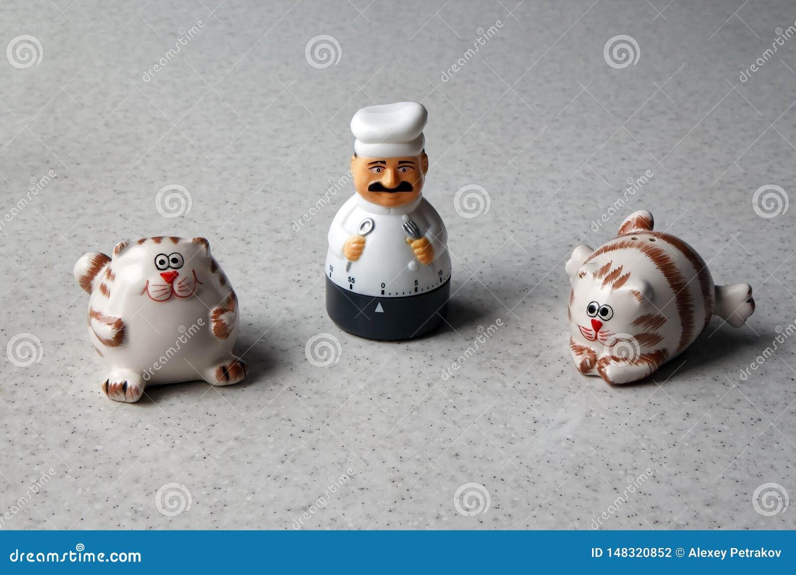 Temporizador da cozinha sob a forma de uma estatueta do cozinheiro chefe e de dois gatos