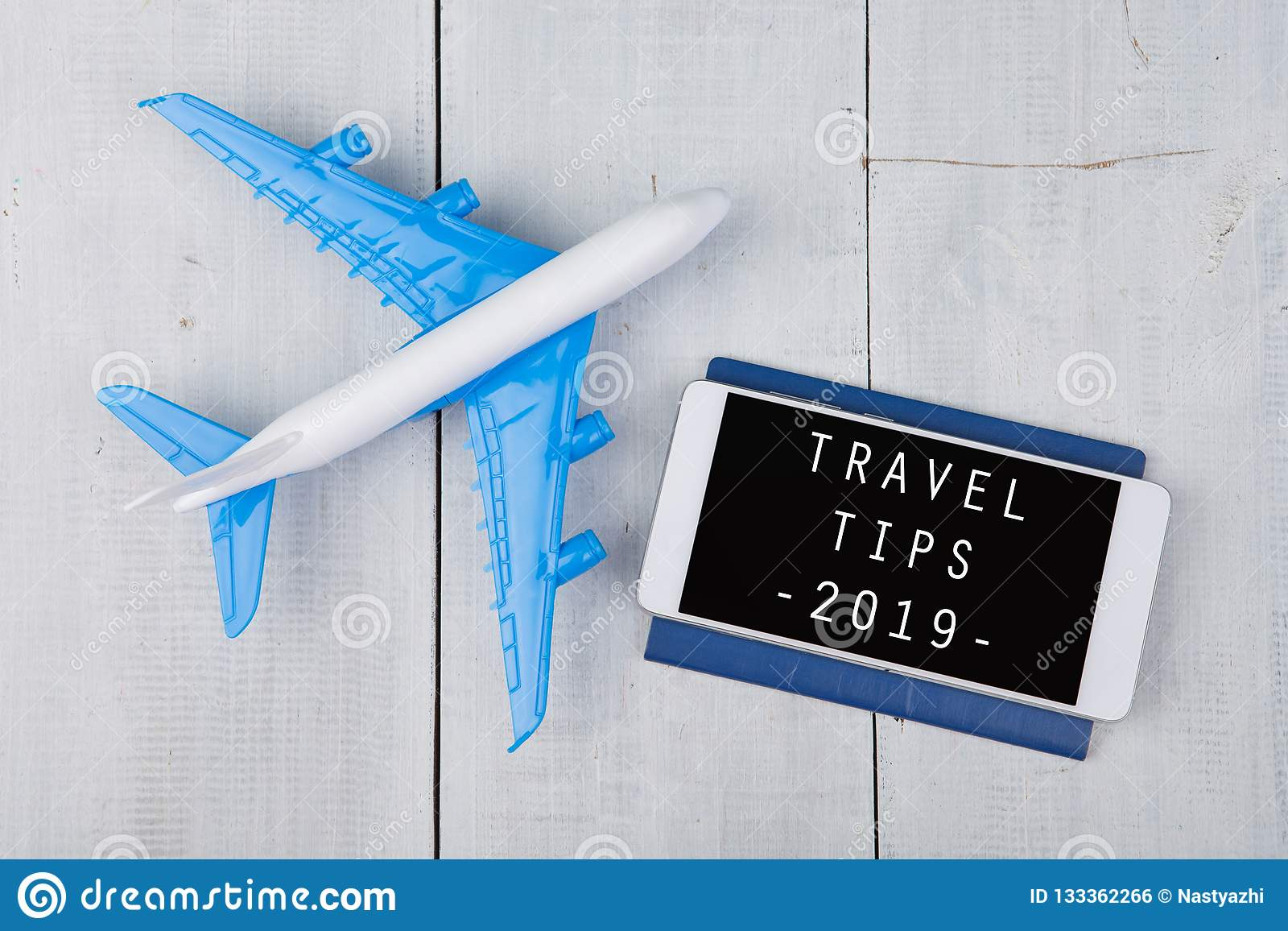 Temps d aventure - avion, passeport et smartphone avec le texte
