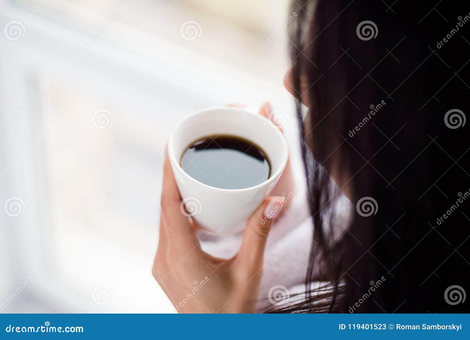 Temps de café ! Fermez-vous vers le haut de la photo cultivée de la femme buvant du café chaud