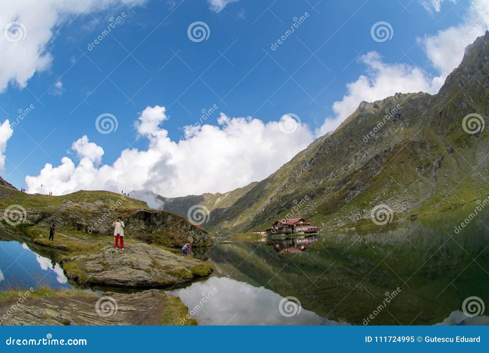 Temps de lac Balea et d hôtel de Balea au printemps avec des nuages