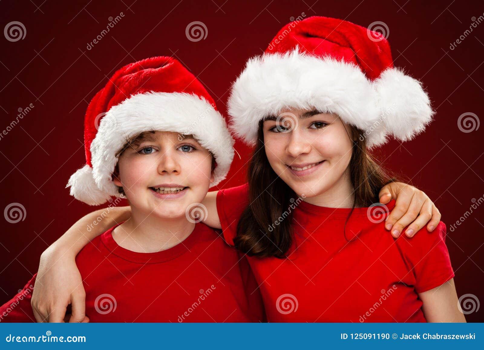 Temps de Noël - fille et garçon avec Santa Claus Hats