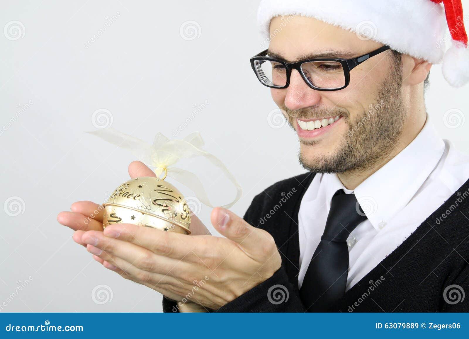 Download Temps De Noël - Jeune Homme Tenant Une Boule De Noël Image stock - Image du chapeau, people: 63079889