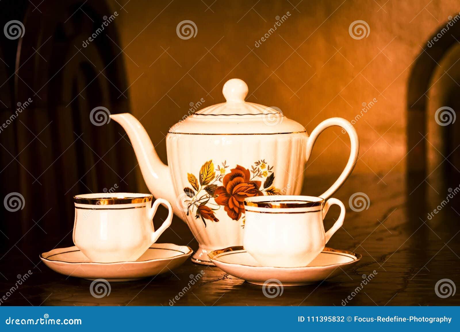 Temps de thé : Belle théière avec deux tasses de thé