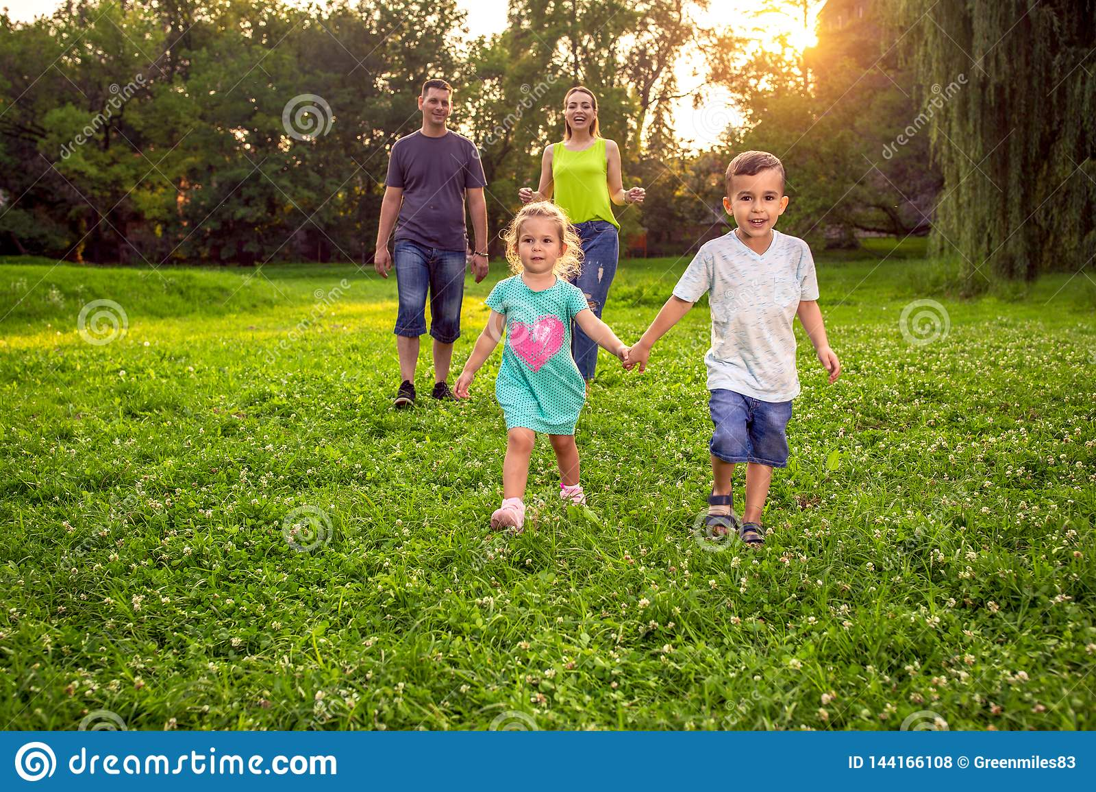 Temps drôle - famille ayant l amusement ensemble au parc