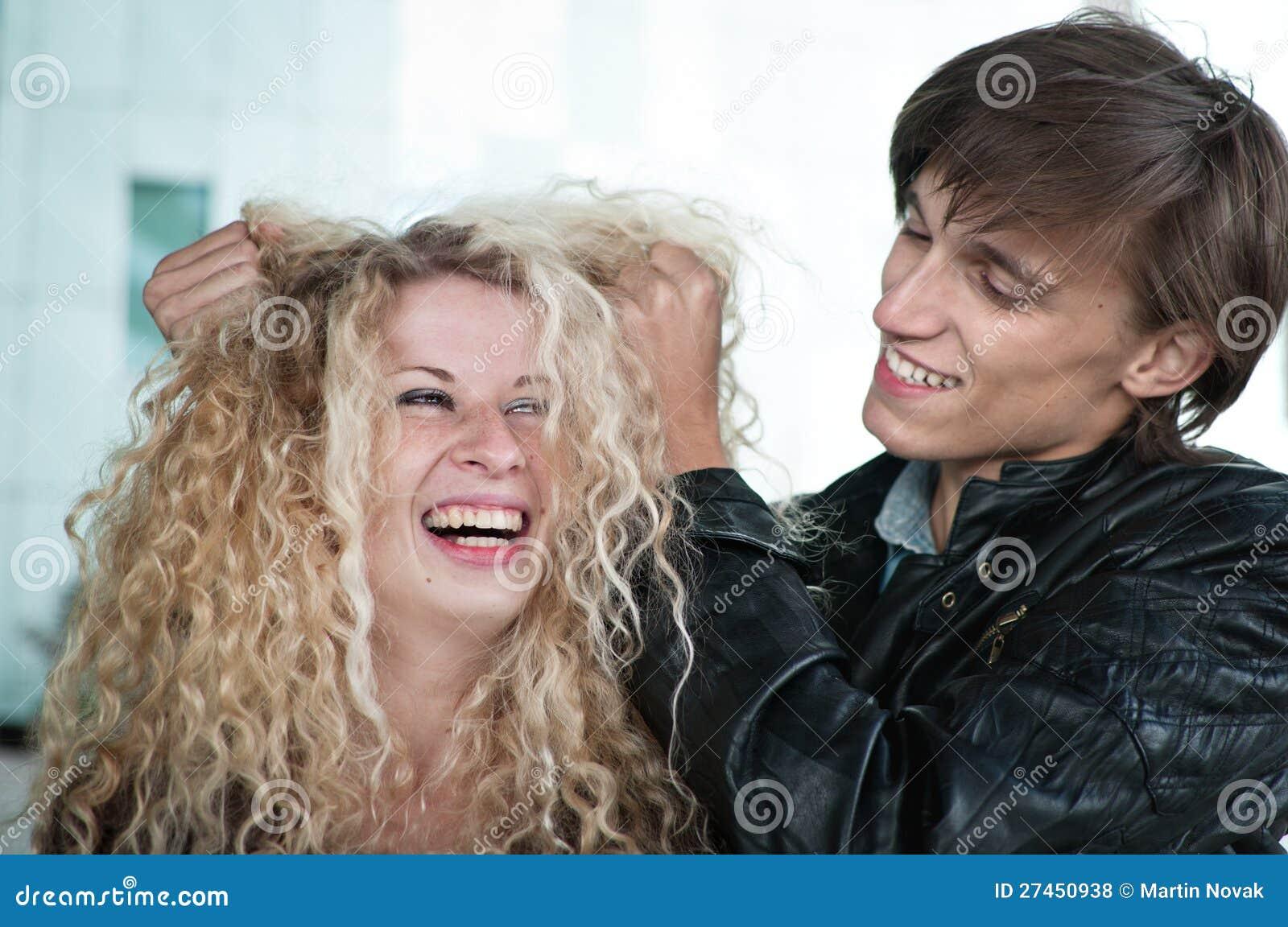 Temps fou - couple jouant avec le cheveu