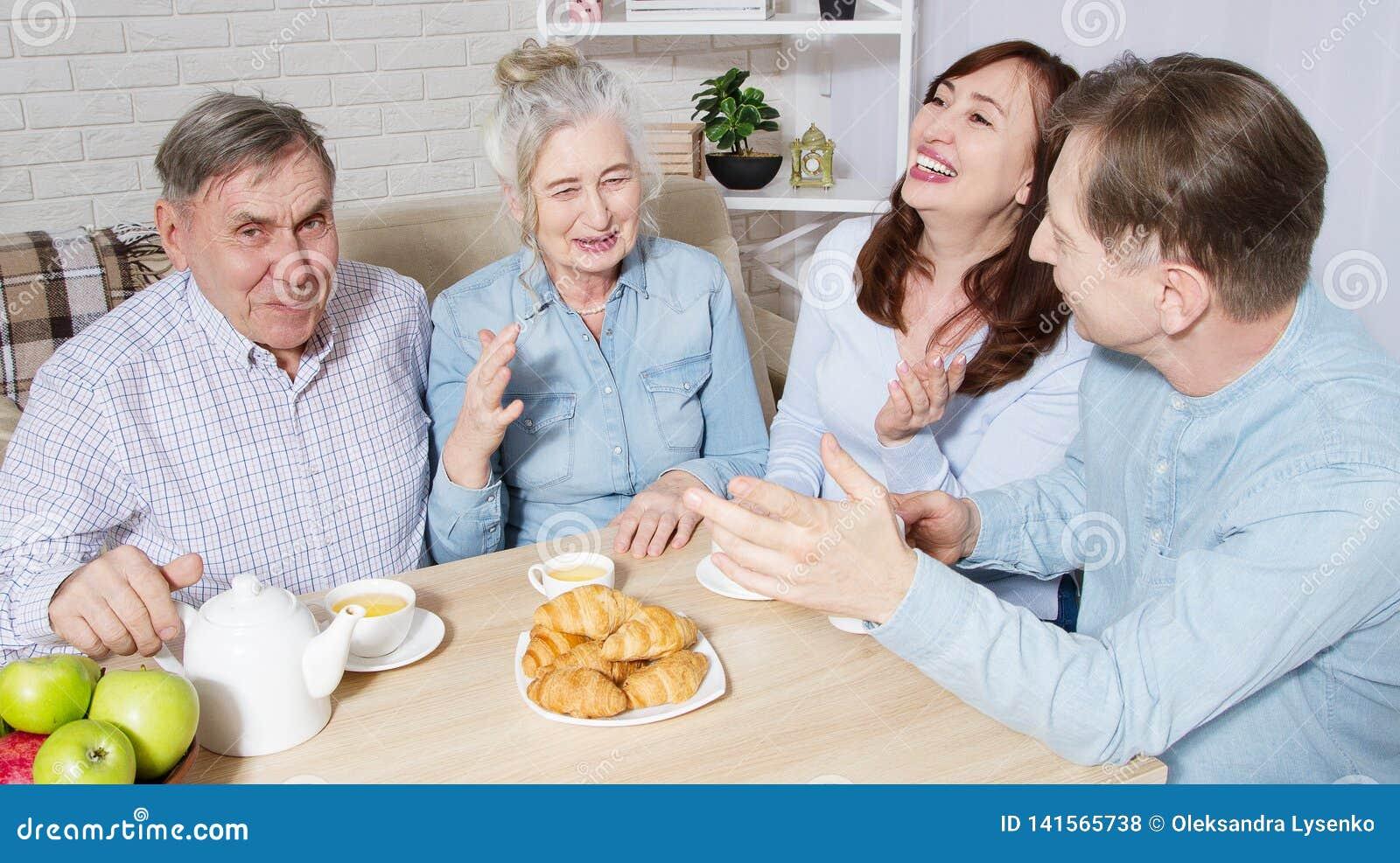 Temps heureux de thé de famille à la maison de repos pour des personnes âgées Les parents avec des enfants ont la communication e