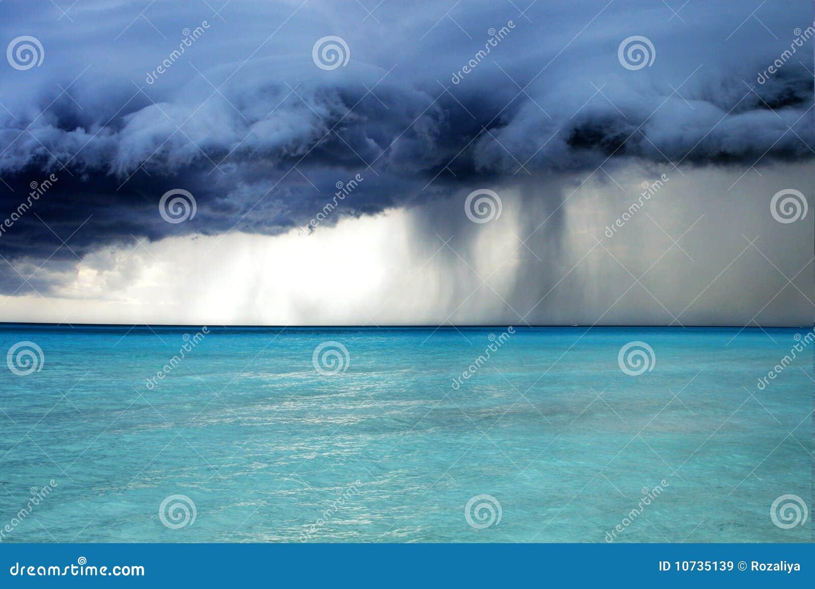 Temps orageux avec la pluie sur la plage