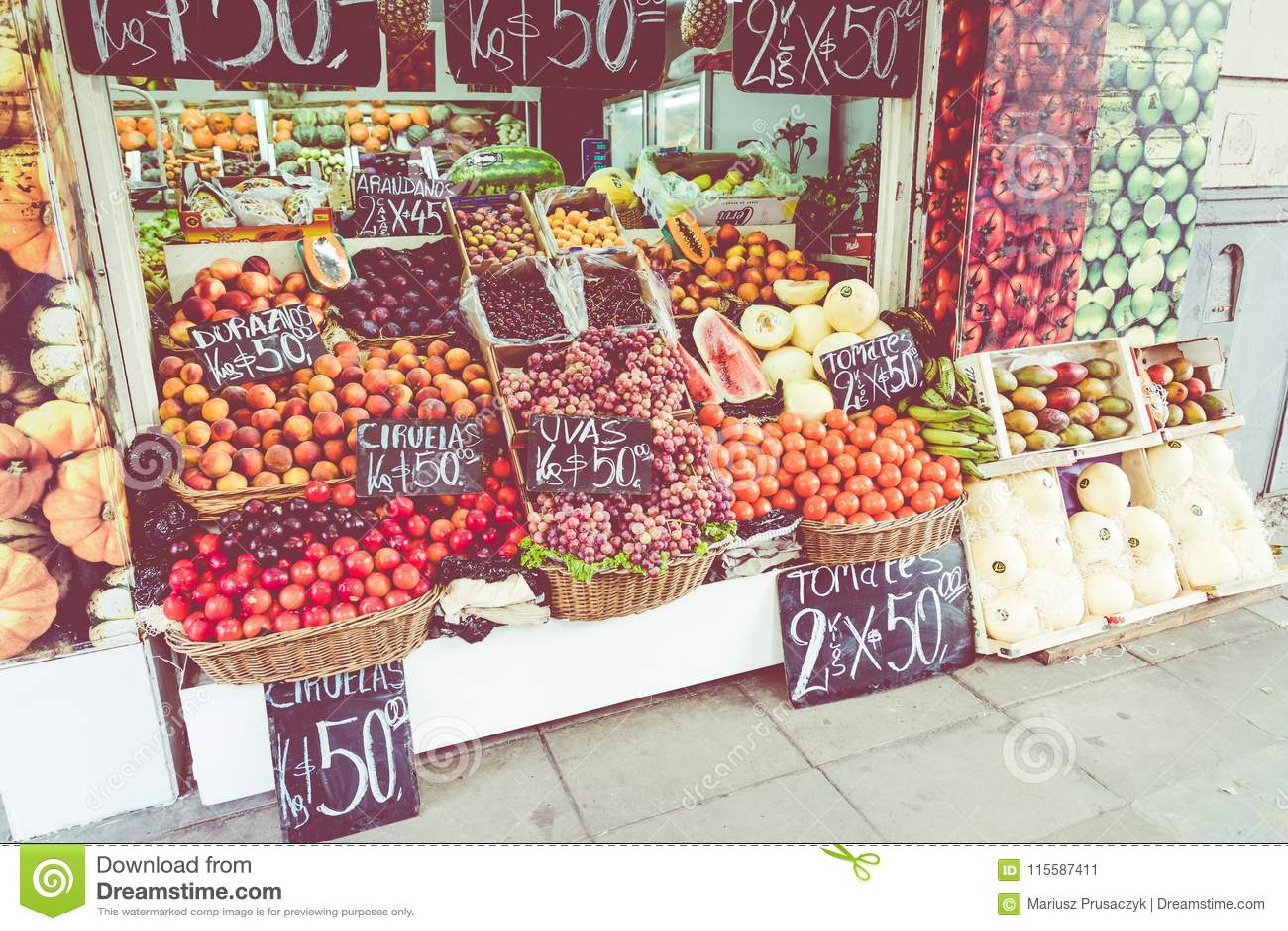 Tenda colorida das frutas e legumes em Buenos Aires, Argentina