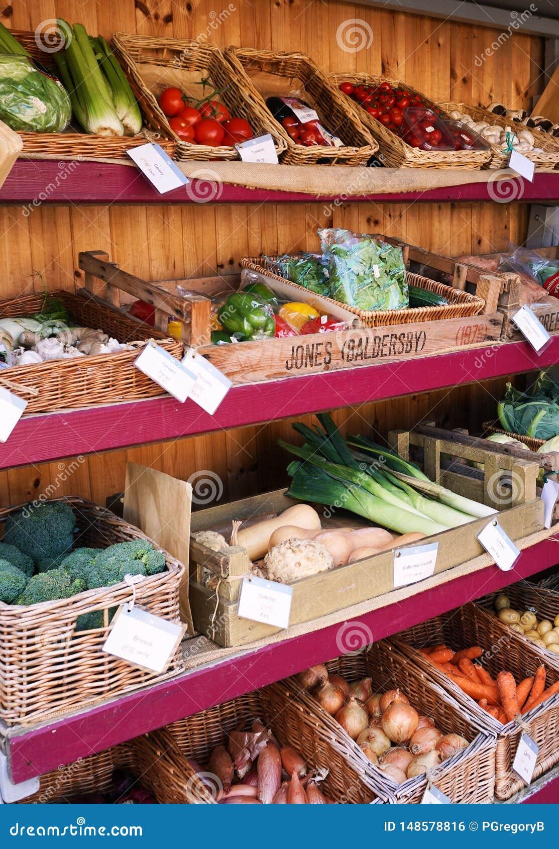 Tenda colorida do mercado completamente de vegetais saudáveis - Inglaterra, U K