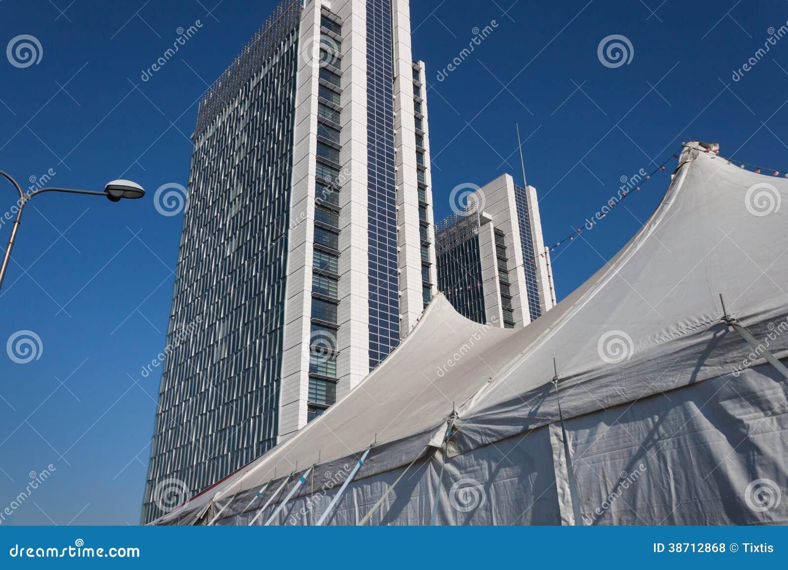 Tenda de circo e construções modernas
